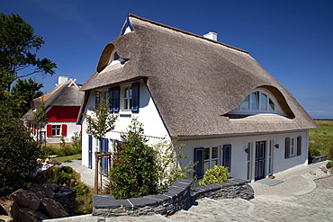 Thatched house, Baltic Sea resort town of Ahrenshoop, Fischland, Mecklenburg-Western Pomerania, Germany, Europe