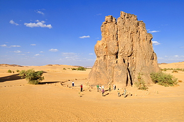 Tourists in front of the rock with the famous rock engraving of a crying cow, neolithic rock art near Djanet, Tassili n'Ajjer National Park, Unesco World Heritage Site, Wilaya Illizi, Algeria, Sahara, North Africa