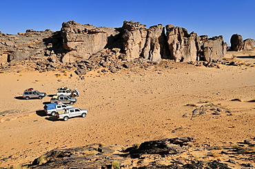 Tourist cars on Tasset Plateau, Tassili n'Ajjer National Park, Unesco World Heritage Site, Wilaya Illizi, Algeria, Sahara, North Africa