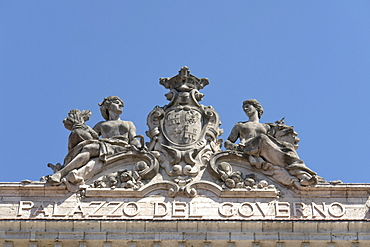 Sculptures on the attic of the Palazzo del Governo, which hosts the Prefecture and the Province, with sculptures by Romolo del Gobbo, Ascoli Piceno, Marches, Italy, Europe
