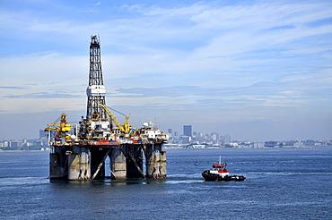 Oil rig of the Brazilian oil company Petrobras passing Sugarloaf Mountain, Bahia de Guanabara Bay, Rio de Janeiro, Brazil, South America