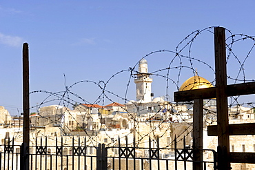 Temple Mount and Dome of the Rock, behind barbed wire, Jerusalem, Israel, Middle East, Southwest Asia