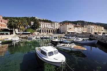 Venetian Loggia and the harbour with boats, Hvar, Hvar Island, Croatia, Europe