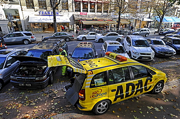 Employees of the ADAC automobile club helping with car troubles, Duesseldorf, North Rhine-Westphalia, Germany, Europe