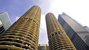 View from the Chicago River towards the Marina City Twin Towers, Loop, Chicago, Illinois, United States of America, USA