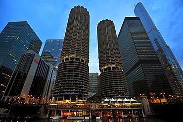 Twilight on the Chicago Riverwalk, promenade on the Chicago River Loop, skyline, Trump International Tower, Marina City Twin Towers with the marina, 330 North Wabash, the former IBM Building, Chicago, Illinois, United States of America, USA, North America