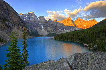 Moraine Lake in the morning, Wenkchemna Range Mountains, Valley of the Ten Peaks, Banff National Park, Canadian Rocky Mountains, Alberta, Canada