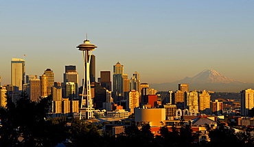 Evening mood, skyline of the Financial District in Seattle, Space Needle, Columbia Center, formerly known as Bank of America Tower, Washington Mutual Tower, Two Union Square Tower, Municipal Tower, formerly Key Tower, US Bank Center, with Mount Rainier in