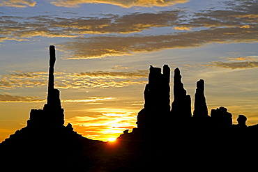 Sunrise with Totem Pole rock formation in backlight, Monument Valley, Arizona, USA, America