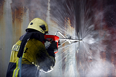 High-pressure extinguishing system, Cobra, the Fire Service Training Centre, Heat, a firefighter demonstrating the possibility of using a high pressure of 300 bar to cut through materials such as concrete or steel to then extinguish a blaze in an inaccess