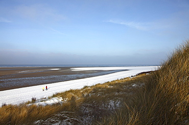 Winter, snow-covered dunes and beach area on the East Frisian North Sea island of Spiekeroog, Lower Saxony, Germany, Europe