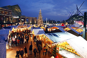 Evening at the Christmas market at the CentrO shopping center, Oberhausen, North Rhine-Westphalia, Germany, Europe