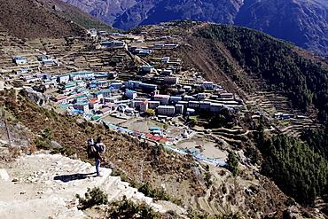 A sherpa looking down on the sherpa village Namsche Basar, Khumbu, Sagarmatha National Park, Nepal, Asia