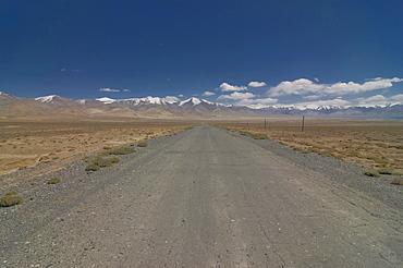 Country road leading through wilderness, Karakul, Pamir Mountains, Tajikistan, Central Asia