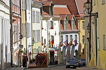 Historic town centre, alleyway, cafes and street-side restaurants, Tallinn, formerly Reval, Estonia, Baltic States, Northern Europe