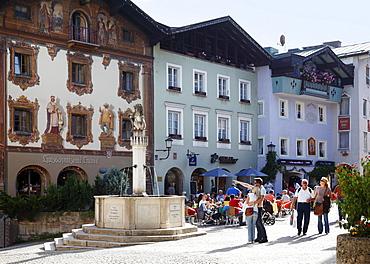 Market fountain and Hirschenhaus, Deer House, on the market square, Berchtesgaden, Berchtesgadener Land, Upper Bavaria, Bavaria, Germany, Europe