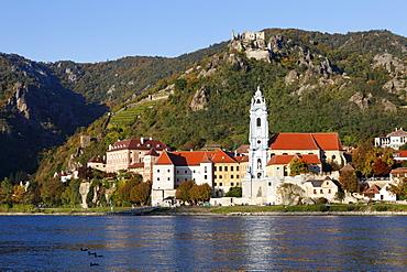 Duernstein with Stiftskirche collegiate church and castle ruins, view over the Danube river, Wachau, Waldviertel, Lower Austria, Austria, Europe