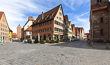 Weinmarkt square and Turmgasse street, Woernitztor gate at the back, historic district of Dinkelsbuehl, administrative district of Ansbach, Middle Franconia, Bavaria, Germany, Europe