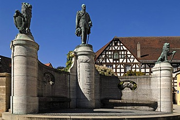 Monument to Prince Regent Luitpold of Bavaria, 1911, right and left lions with the Bavarian coat of arms, Kammereckerplatz, Heilsbronn, Middle Franconia, Bavaria, Germany, Europe