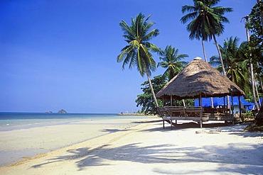 Restaurant on the beach, coconut palm trees, Kai Bae Beach, Koh Chang Island, Trat, Thailand, Southeast Asia