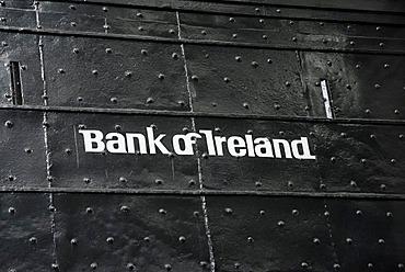Logo of the Bank of Irelandauf on a solid metal door, Dublin, Republik of Ireland, Europe
