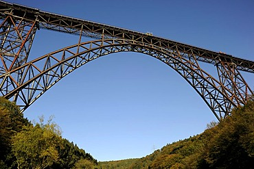 Muengstener Bridge, 107 m above the Wupper River, the highest railway bridge in Germany, between Wuppertal and Solingen, North Rhine-Westphalia, Germany, Europe