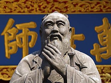 Statue of Confucius, Temple of Confucius, Shanghai, China, Asia