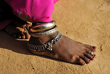 Foot an Indian woman with traditional silver jewelry, Thar Desert, Rajasthan, India, Asia