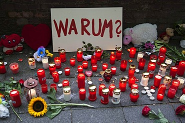 """Sign saying """"warum?"""", """"why?"""", and candles to commemorate the victims of the stampede at the Love Parade 2010, Duisburg, Ruhr Area, North Rhine-Westphalia, Germany, Europe"""