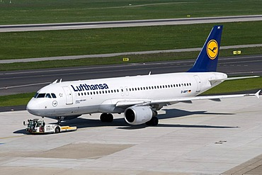 Airport, airfield, aircraft, Lufthansa airline, Airbus A320-200, D-AIPT, Duesseldorf, Rhineland, North Rhine-Westphalia, Germany, Europe