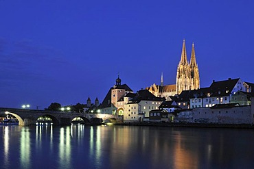 View over the Danube the Steinere Bruecke bridge, bridge gate, Regensburg Cathedral of St. Peter, old town, Unesco World Heritage Site, Regensburg, Upper Palatinate, Bavaria, Germany, Europe