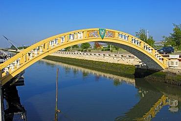 Bridge over Sao Roque canal, Aveiro, Beiras region, Portugal, Europe