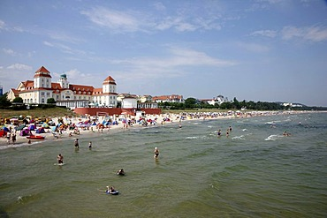 Beach and promenade in the seaside resort and spa town of Binz, Ruegen island, Mecklenburg-Western Pomerania, Germany, Europe