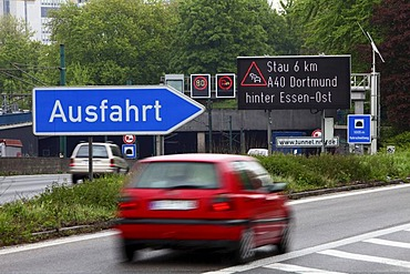 Electronic sign warning of traffic jams on the A40 motorway or Ruhrschnellweg, Essen, North Rhine-Westphalia, Germany, Europe