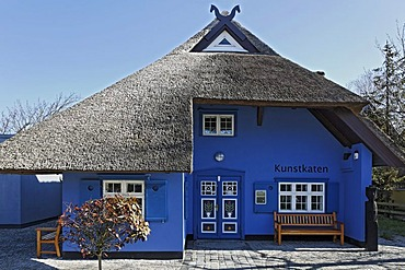 Kunstkaten, art gallery in a traditional thatched house, Ahrenshoop, Fischland-Darss-Zingst, Baltic Sea, Mecklenburg-Western Pomerania, Germany, Europe