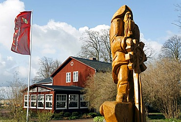 Whaling house and modern wooden sculpture of a helmsman, holiday resort of Born am Darss, Fischland-Darss-Zingst peninsula, Mecklenburg-Western Pomerania, Germany, Europe