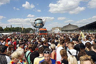 Crowding in front of a float, Loveparade 2010, Duisburg, North Rhine-Westfalia, Germany, Europe