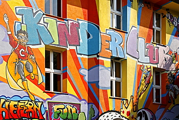 "Lettering ""Kinderclub"", kids' club, on an artistically painted house, street art style, Kiefernstrasse, Duesseldorf-Flingern, North Rhine-Westphalia, Germany, Europe"