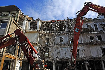Demolition of an office building with demolition excavators, downtown Karlsruhe, Baden-Wuerttemberg, Germany, Europe