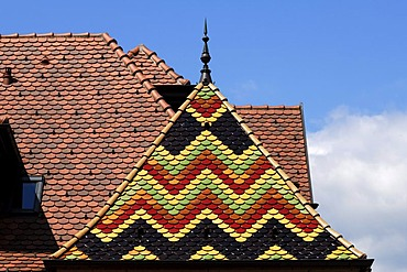 Colourful pitched roof of a bay window, Hotel La Table de Mittelwihr, 19 Route Vin, Mittelwihr, Alsace, France, Europe