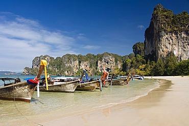 Long tail boats on the sandy beach, limestone cliffs, Rai Leh West Beach, West Railay Beach, Krabi, Thailand, Asia