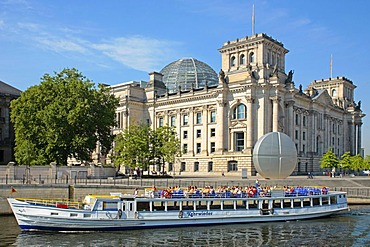 Excursion boat on the Spree River in front of the Reichstag Building, Government Area, Berlin, Germany, Europe