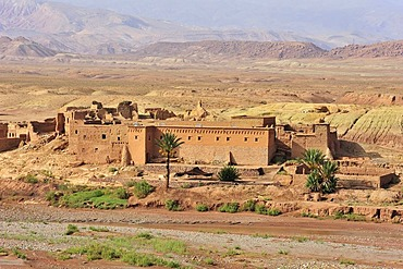Old Kasbah, residential castle of the Berbers, mud-brick castle near Ait Benhaddou, South Morocco, Morocco, Africa