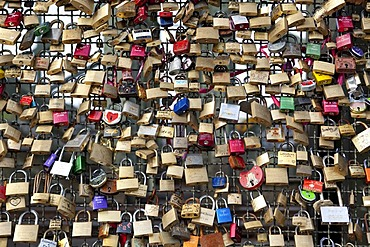 Thousands of padlocks as signs of love on the Hohenzollern Bridge, Cologne, North Rhine-Westphalia, Germany, Europe