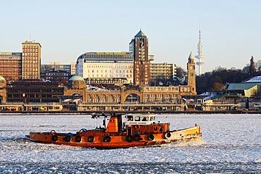 A tug boat on the wintery Elbe river in Hamburg's port, Landungsbruecken jetties, Hamburg, Germany, Europe