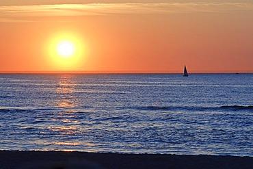 Sunset over the Baltic Sea, sailing boat, Baltic resort Warnemuende near Rostock, Mecklenburg-Western Pomerania, Germany, Europe