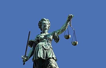 Justitia statue on the Gerechtigkeitsbrunnen fountain of justice, Roemerberg square, Frankfurt am Main, Hesse, Germany, Europe