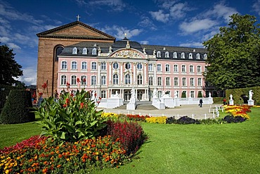 Kurfuerstliches Palais, Palace of Trier, Basilica of Constantine at the back, Trier, Rhineland-Palatinate, Germany, Europe