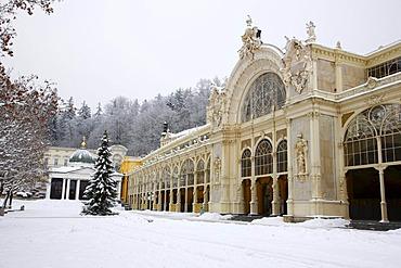 K&iûov˝ pramen Cross Spring and cast-iron colonnade, wintery, Marianske Lazne, Czech Republic, Europe