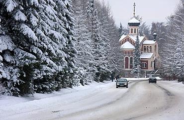 Wintery road traffic, Russian-Orthodox church, Marianske Lazne, Czech Republic, Europe